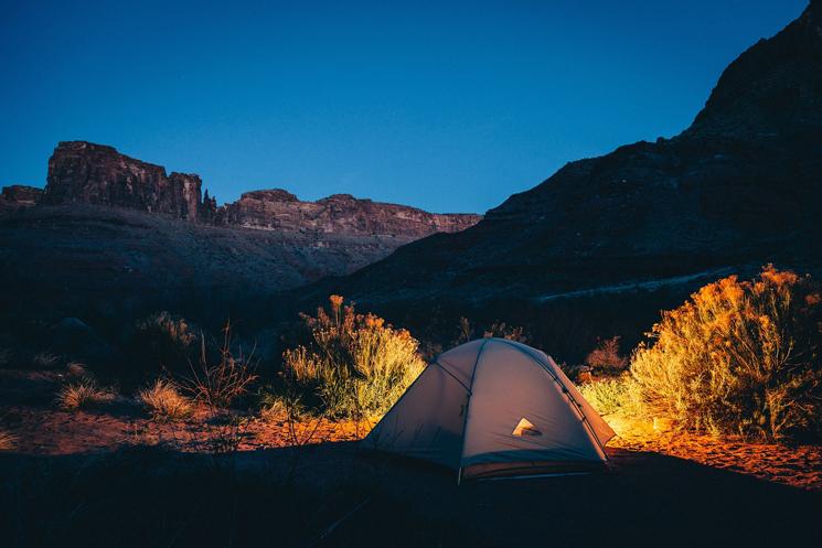 Zelt in der Nacht mitten im Wald