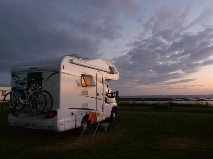 Wohnmobil beim Sonnenuntergang